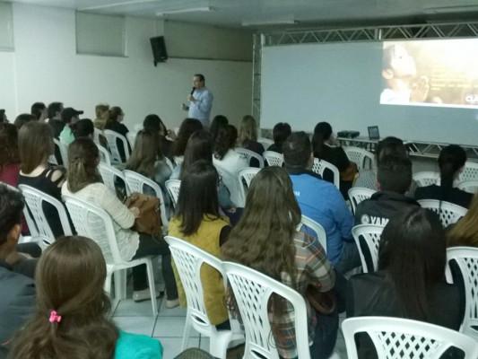 """Palestra """"A Doce História de Clara"""" chega a Chapecó"""